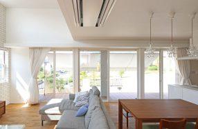 6M以上の大開口からパークビューを望む家