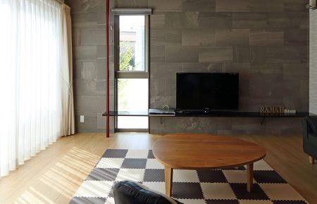 玄関スペースと一体空間として使える独立和室を持つ家