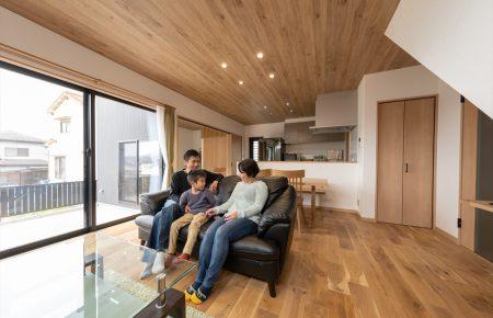 リビング空間と寝室から瀬戸内海と空を望む家