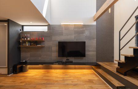 木とタイルを使った、デザインと快適性が共存する家