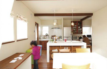 造作アイランドキッチンがLDKの中心にある家